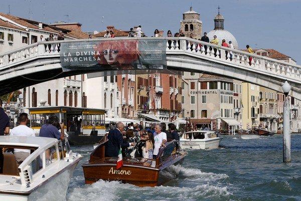 Grand kanál. Celebritní svadobčania sa viezli na loďke s názvom Amore - láska.