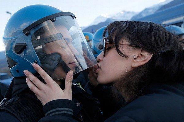 Nina de Chiffre sa pokúsila pobozkať policajta