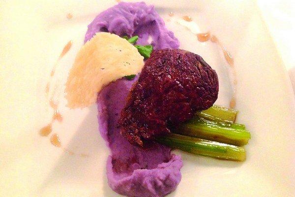 Steak z hovädzej sviečkovej s pyré z fialových zemiačkov, parmezánovým chipsom a karamelovým stonkovým zelerom.