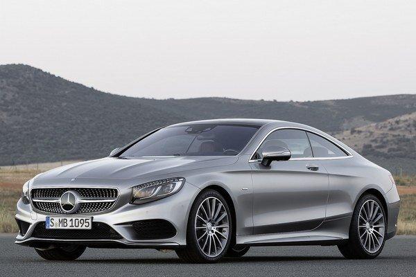 Špičkové kupé Mercedes-Benz triedy S. Kupé môže byť vystrojené systémom nakláňania karosérie smerom do vnútra zatáčky.