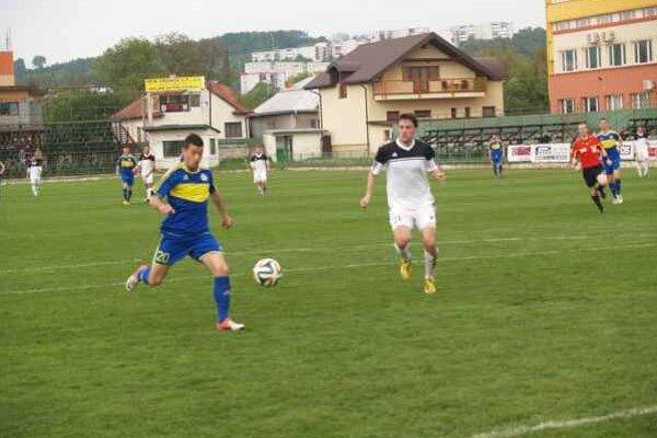 Splnený sľub. P. Vasiľko sľúbil trénerovi, že dá gól. Nakoniec dal Humennému hneď dva.