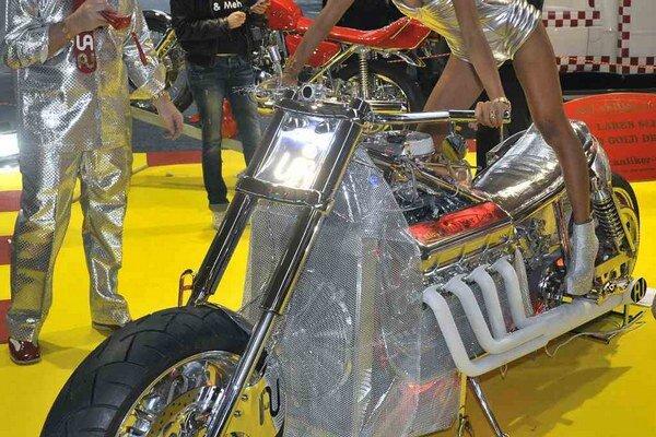 Najvýkonnejší motocykel na svete. Motocykel, predstavený na výstave Tuning World Bodensee, je poháňaný vidlicovým osemvalcom s maximálnym výkonom 1 118 kW.