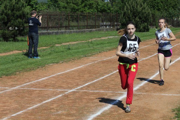 Po prvom kole  jarnej edície 10. ročníka Behu olympionikov v Čani viedla ešte Ruskovčanka Barbora Bartková pred domácou Martinou Eštkovou, no v cieľovej rovinke si poradie vymenili.