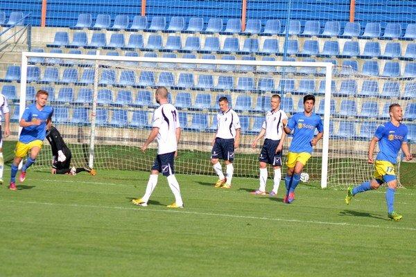 Otvárací gól súboja v Michalovciach. Zaznamenal ho v 32. min. útočník Dominik Kunca (vpravo).