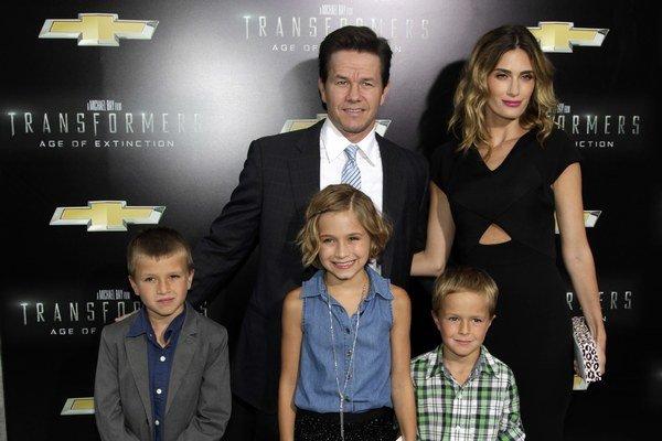 Rodinka. Herec a modelka majú štyri deti, na premiéru vzali tri.