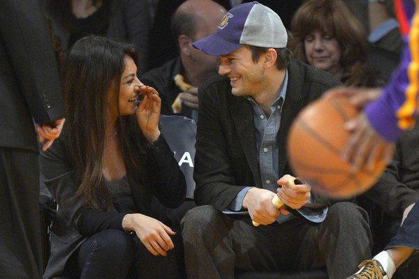 Zasnúbení. Sú spolu veľmi šťastní.