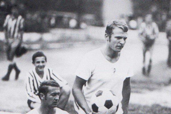 Jozef Desiatnik s loptou. Tak vychádzal z podjazdu na trávnik VSS, kde bol jedným z miláčikov divákov.