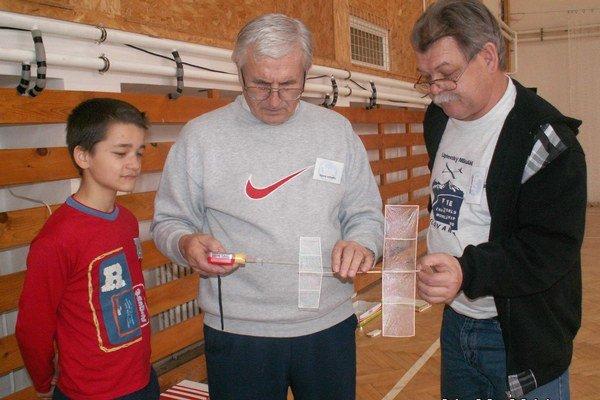 Alexander Ember a Ján Mydla. Pripravujú model s gumovým pohonom.