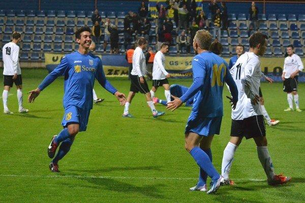 Michalovská radosť po druhom góle. Vľavo jeho autor, Španiel Morlacchi, MFK Zemplín vyhral 3:0.