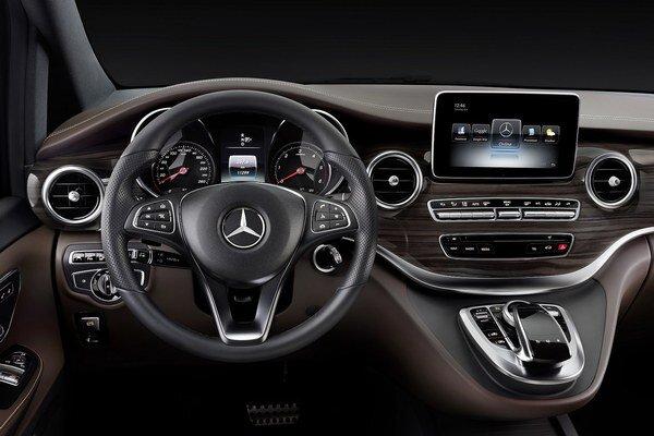 Kokpit chystaného mercedesu triedy V. Nová veľkopriestorová limuzína triedy V bude najväčším osobným autom firmy Mercedes a príde na trh v roku 2014.