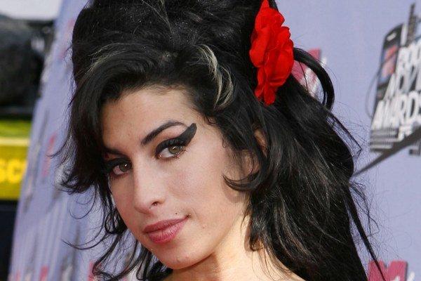 Amy Winehouse. Film o jej drogovo–alkoholových excesoch sa otcovi nepozdáva.
