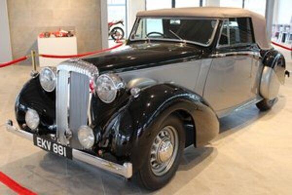 Daimler DB 18 Drophead Coupé. Tento kabriolet, ktorý istú dobu patril Winstonovi Churchillovi, vydražili za 470 050 eur.
