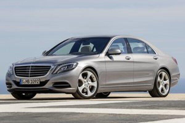 Nový Mercedes triedy S. Vonkajšie rozmery limuzíny sa prakticky nezmenili, súčiniteľ aerodynamického odporu sa podarilo znížiť až na 0,23.
