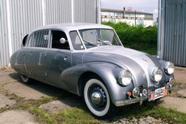 Nádherne zreštaurovaná Tatra 87. Tatra 87 sa sériovo začala vyrábať v roku 1937 a do skončenia výroby v roku 1950 bolo vyrobených vyše 3 000 kusov.