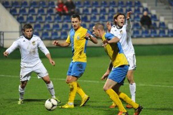 Najlepší hráč s jediným strelcom stretnutia. Michalovský kapitán Pavol Jurčo (druhý zľava), vedľa neho vpravo Kevin Garel.
