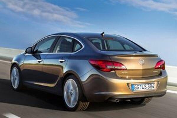 """Štvordverová limuzína Opel Astra. Limuzína má """"kufor"""" objemu 460 litrov, čo je o 90 litrov viac ako u päťdverového hatchbacku."""