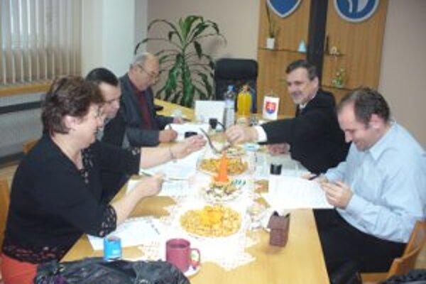 Štyria starostovia a primátor spečatili vstup do handlovského školského úradu.
