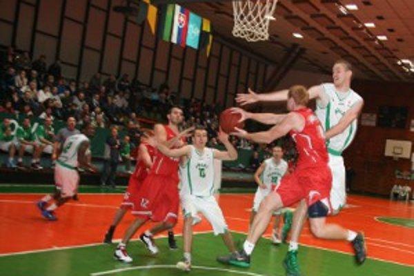 Handlová dohrávala bez vyfaulovanej trojice Vido, Boor a Haviar, Banská Bystrica dokonca bez štyroch hráčov.