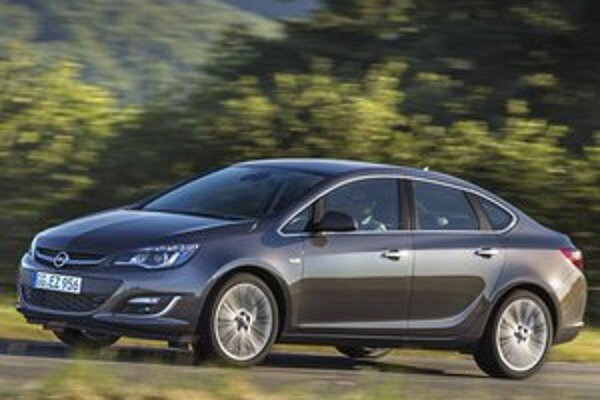 """Štvordverový sedan Opel Astra. """"Kufrová"""" Astra bude mať svetovú premiéru na autosalóne v Moskve."""