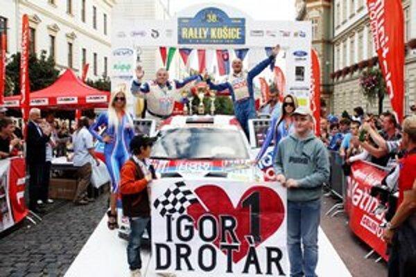 V cieli Rally Košice. Dvojica Drotár (vpravo) – Bánoci mala v cieli súťaže dôvod na úsmev.