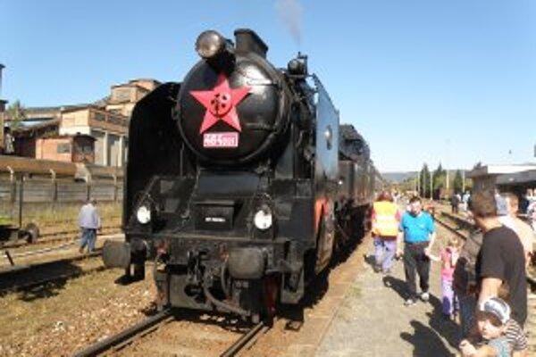Parná lokomotíva Ušatá pôjde v sobotu 8. decembra z Prievidze do Handlovej a späť. Po vagónoch sa bude prechádzať aj Mikuláš.