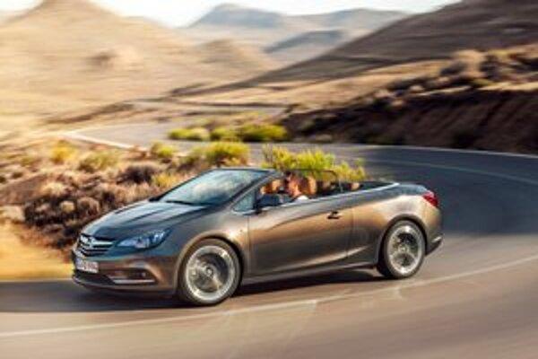 Kabriolet Opel Cascada. Strechu možno otvoriť či zatvoriť do rýchlosti jazdy 50 km/h.