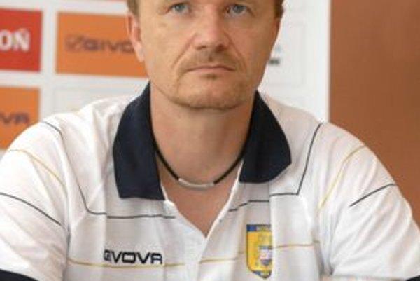 Športový riaditeľ Ivan Kozák vyčkáva legionárov.