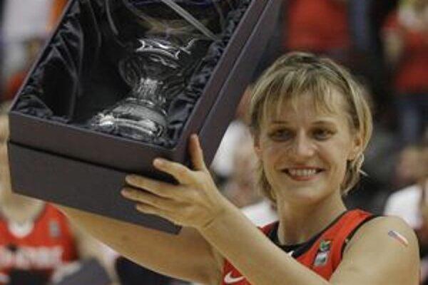 Hana Horáková ako kapitánka českých vicemajsteriek sveta z roku 2010 s cenou pre najužitočnejšiu hráčku svetového šampionátu.