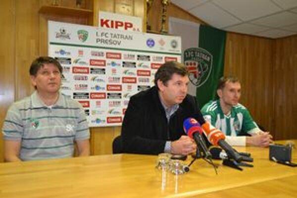 Na tlačovej besede. Oficiálne predstavil prezident klubu 1. FC Tatran Prešov Miroslav Remeta (v strede) nového trénera Sergija Kovaleca (vľavo) a aj novú posilu Štefana Zošáka (vpravo).