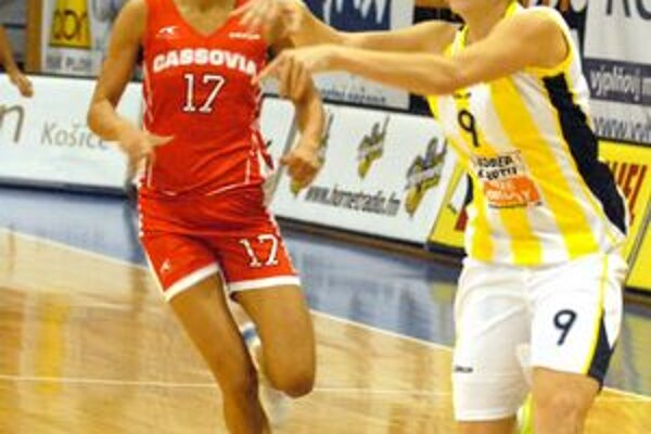 Kornélia Lászlóová (v červenom). Basketbalistka košickej Cassovie verí, že jej družstvu pribudnú ďalšie výhry.