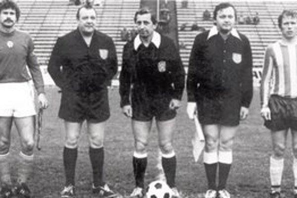 Najstarší! Z Košičanov, ktorí rozhodovali celoslovenské futbalové súťaže, je dnes najstarší Andrej Suhala (z rozhodcov prvý zľava).