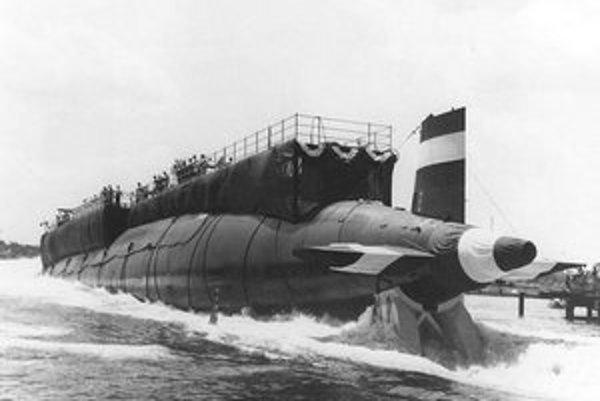 Spúšťanie ponorky Thresher na vodu. Zaujímavosťou bolo, že Thresher bol prvou ponorkou, ktorá bola na vodu spustená provou (predkom) napred.