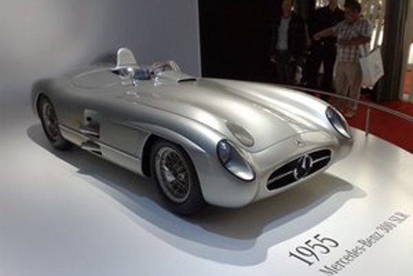 Pretekársky Mercedes-Benz 300 SLR. Karoséria vozidla bola vyrobená z veľmi ľahkej zliatiny horčíka a hliníka, nazývanej elektron.
