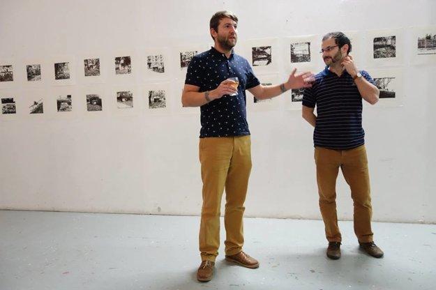 Jeden zo zakladateľov združenia Martin Dorot a autor ostatnej výstavy Jakub Lobotka. V pozadí výstava Shelters.