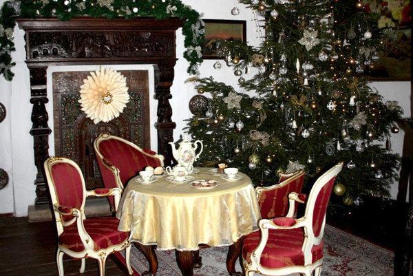 Vianočné stromčeky sú na bojnickom zámku pre návštevníkov inšpiráciou.