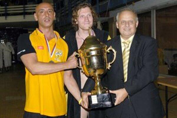 Poťažká si znovu trofej? Prezident ČH Hornets Miloslav Pinčák (vpravo) po tom túži.