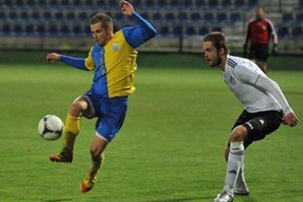 Dominik Kunca hýril aktivitou. Michalovský útočník (vľavo) v súboji s obrancom Ivanom Minčičom.
