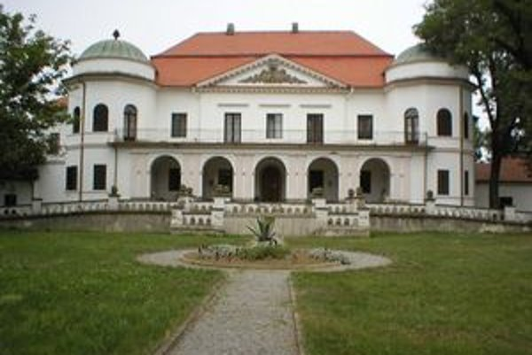 Zemplínske múzeum sídli v kaštieli z 18. storočia, kam prišla na návštevu cisárovná Alžbeta, zvaná Sisi, z Bardejovských kúpeľov, kde sa liečila. Hovoria o tom potomkovia vtedajších očitých svedkov z okolia Trebišova.