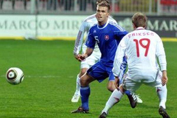 Cenný okamih. Marek Kaščák (uprostred) bojuje s Dánmi.