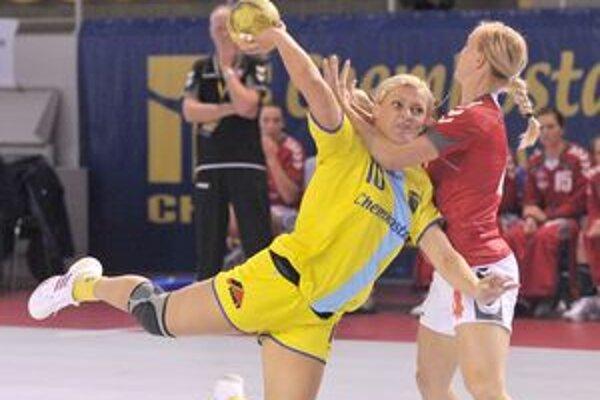Alžbeta Polláková v tvrdom súboji. Aj takto budú hráčky Iuventy bojovať v Lige majstrov.