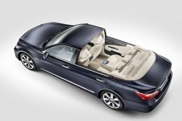 """Lexus LS 600h L landaulet. Priestor nad zadnými sedadlami môže byť zakrytý """"bublinovou"""" strieškou z polykarbonátu."""