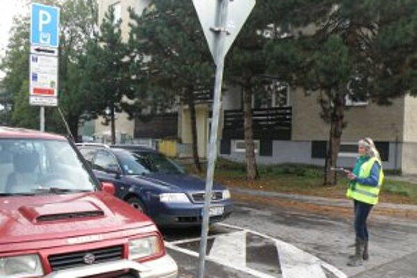 Prieskum ukáže, koľko áut parkuje v centre Prievidze.