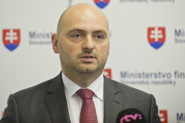 Branislav Šafárik (36) vyštudoval Ekonomickú univerzitu v Bratislave. Po jej skončení odišiel do USA. Keď sa vrátil, začal sa venovať problematike financovania malých a stredných podnikov v štátnej Slovenskej záručnej a rozvojovej banke.