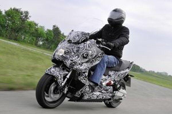BMW Concept Motorrad. S plne nabitým akumulátorom by skúter mal prejsť až 100 kilometrov.