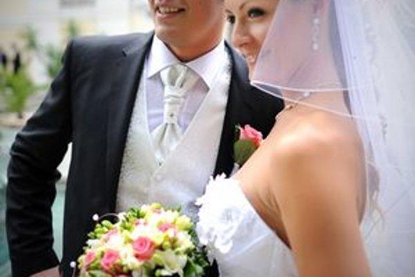 V svadobnom. Hokejista Peter Huba s manželkou.