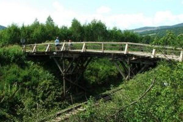 Drevený most v Helcmanovciach.
