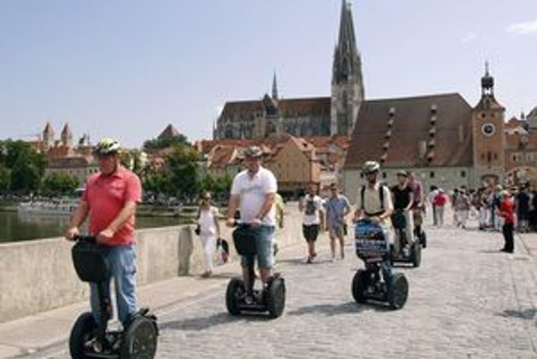 Turisti na Kamennom moste. Prehliadku mesta môžu absolvovať aj na unikátnych elektrických kolobežkách Segway (nápad pre organizátorov EHMK 2013...)