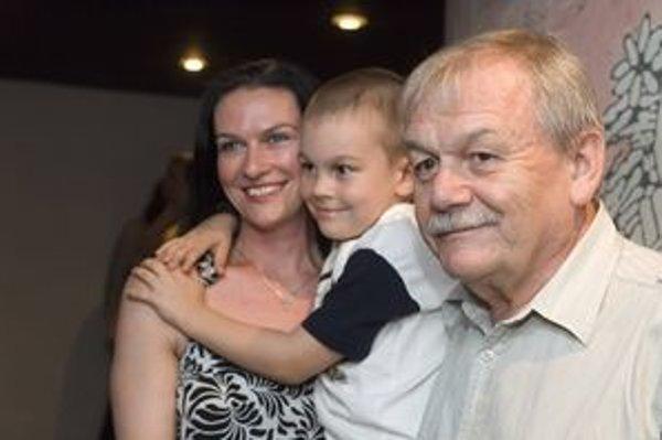 Najmladší syn 66-ročného Karla Šípa Honza má mometálne sedem rokov. Jeho otec, ktorý by mohol byť pokojne deduškom, si však jeho detstvo vyslovene užíva.