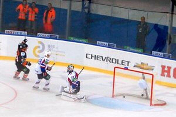 Je tam. Bartečko strieľa prvý gól levov v KHL.
