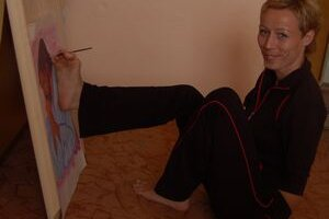 Neobyčajná výtvarníčka. Pavlína Triščová používa pri tvorbe namiesto rúk nohy.